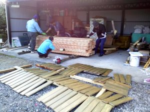 大工と施主で塗装